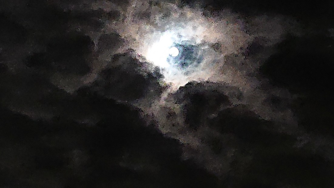 闇の中の光 ~虹と月と~ ***_e0290872_22381101.jpg