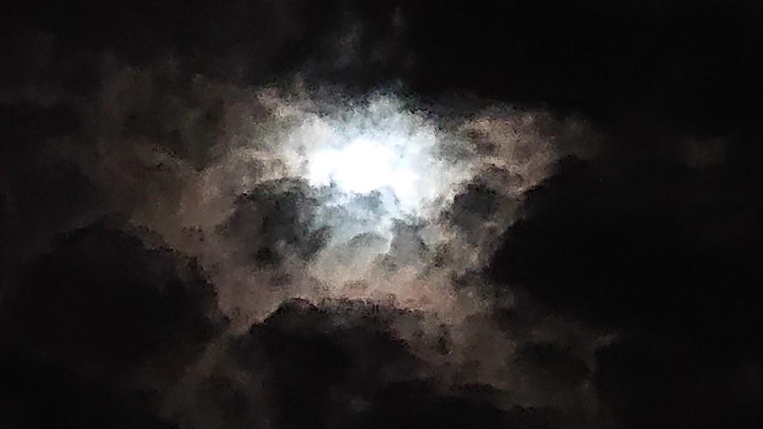 闇の中の光 ~虹と月と~ ***_e0290872_22383604.jpg