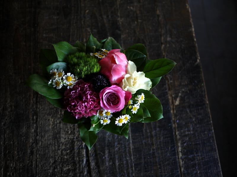 あえて遅れての母の日にアレンジメント。「白~ピンク系」。網走市潮見に発送。2019/05/19着。_b0171193_14150966.jpg