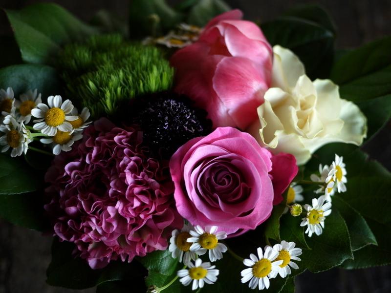あえて遅れての母の日にアレンジメント。「白~ピンク系」。網走市潮見に発送。2019/05/19着。_b0171193_14151125.jpg
