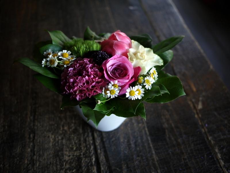 あえて遅れての母の日にアレンジメント。「白~ピンク系」。網走市潮見に発送。2019/05/19着。_b0171193_14151412.jpg
