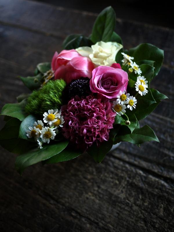 あえて遅れての母の日にアレンジメント。「白~ピンク系」。網走市潮見に発送。2019/05/19着。_b0171193_14151660.jpg
