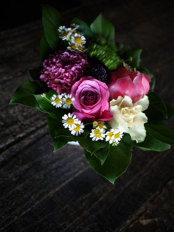 あえて遅れての母の日にアレンジメント。「白~ピンク系」。網走市潮見に発送。2019/05/19着。_b0171193_14151805.jpg