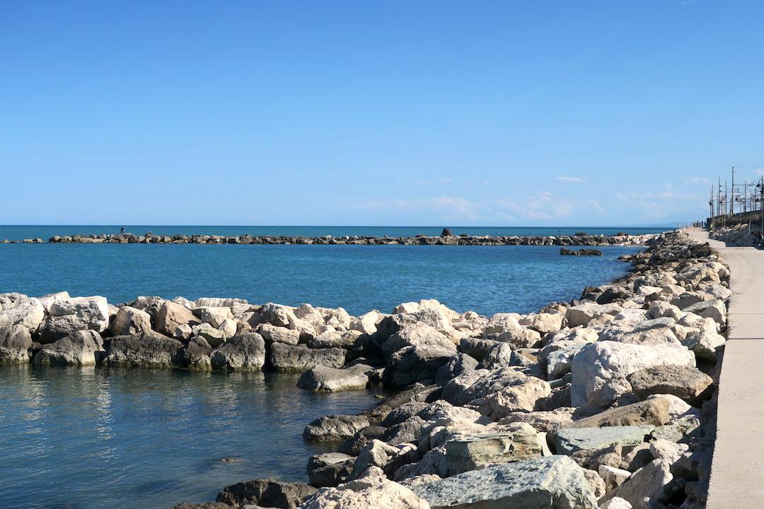 アドリア海青い海辺を歩く午後、ペダーソ_f0234936_6132119.jpg