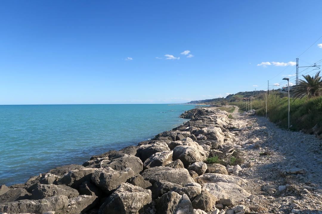 アドリア海青い海辺を歩く午後、ペダーソ_f0234936_6232985.jpg