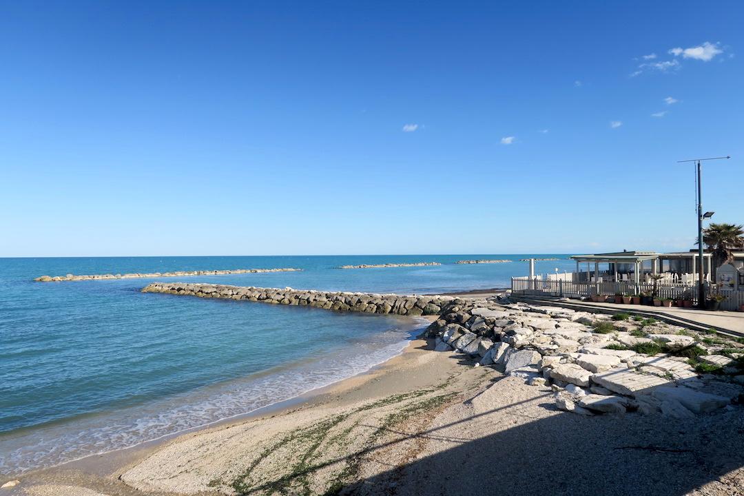 アドリア海青い海辺を歩く午後、ペダーソ_f0234936_625444.jpg