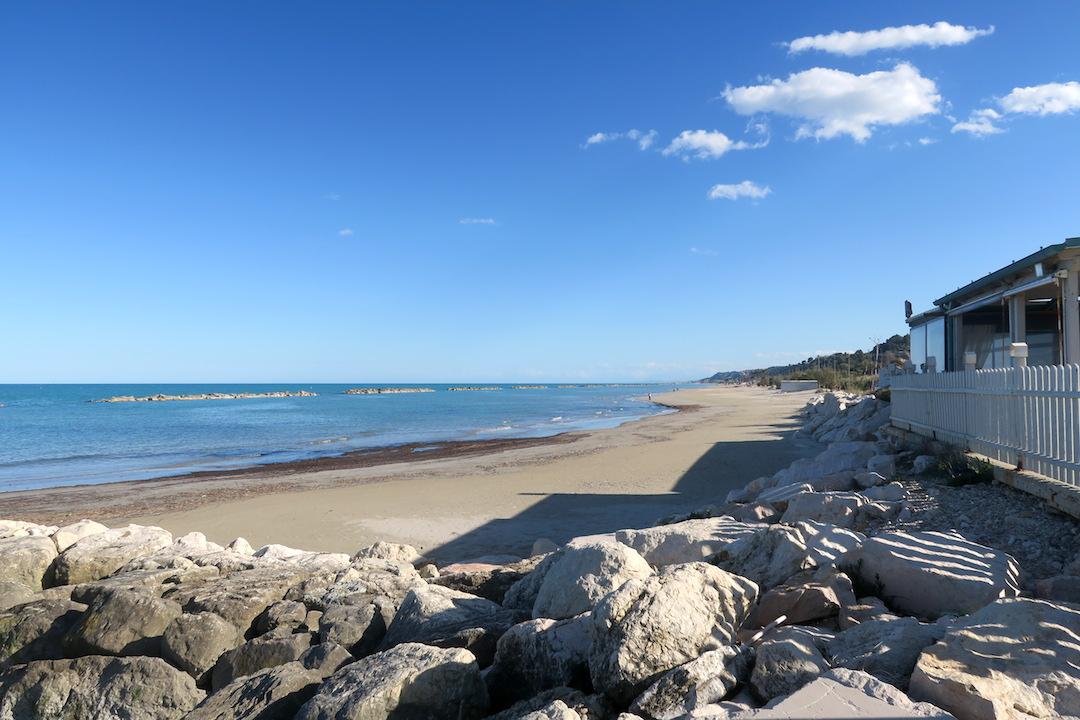 アドリア海青い海辺を歩く午後、ペダーソ_f0234936_6313881.jpg