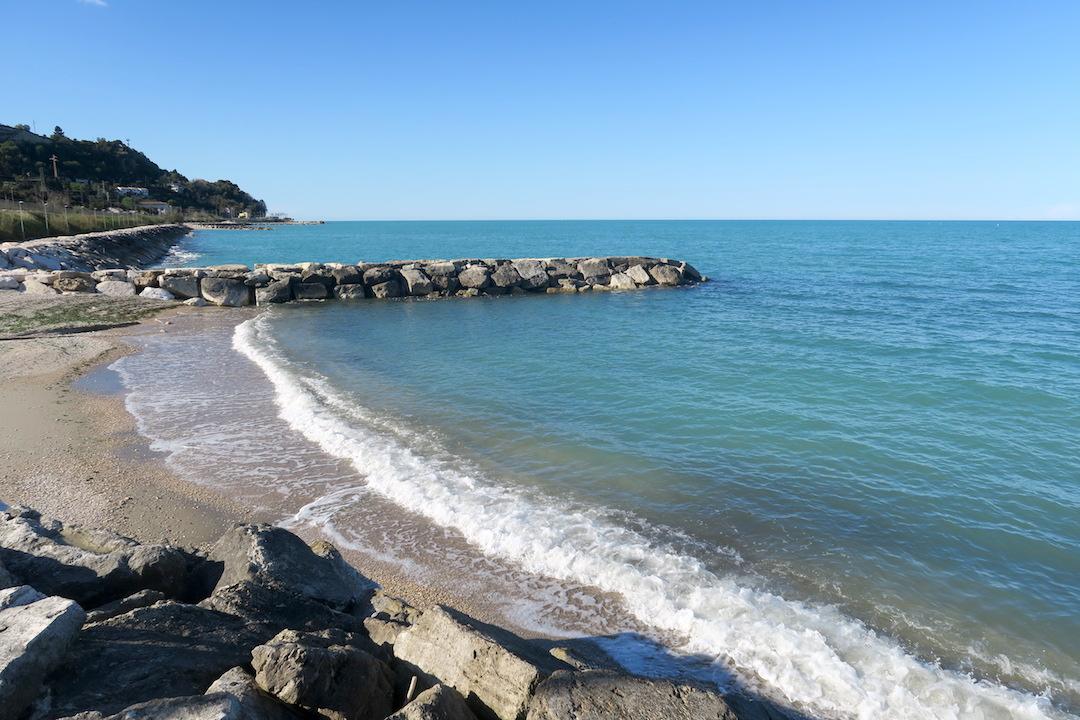 アドリア海青い海辺を歩く午後、ペダーソ_f0234936_6402291.jpg