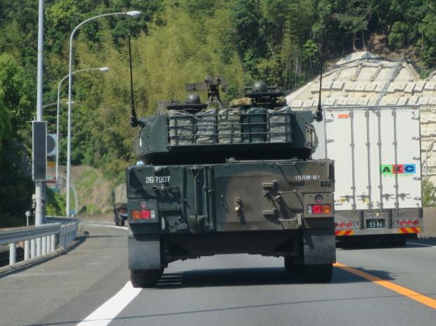 名神高速道路を走っていると、鉄の塊が~~_e0360512_11250913.jpg