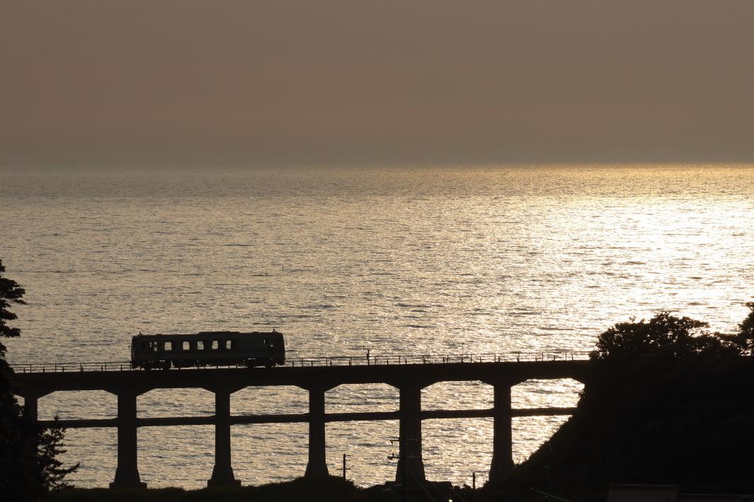 夕日に光る日本海を小さなキハが通り過ぎる - 2019年初夏・山陰本線 -_b0190710_22162233.jpg