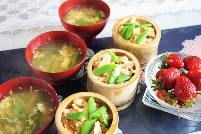 ■THE・朝ご飯【豚トロタップリ+竹の子入り炊き込みご飯/菜園苺】_b0033423_00374677.jpg