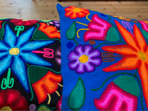綺麗なコットンワンピースブラウス入荷・ペルーayacucho手刺繍クッションカバーの新作入荷_d0187468_15060599.jpg