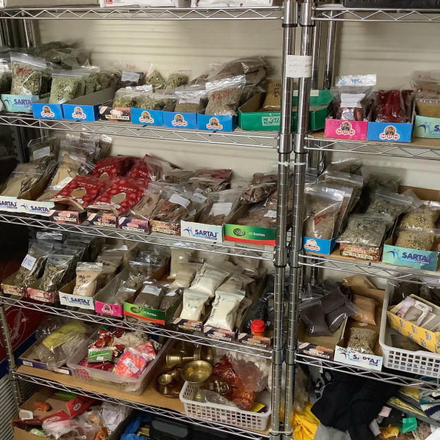 歩いて行けるスパイス屋さん、四日市「Halal Shop」一歩入ると南方の雑貨屋さんの風情が良い。_a0334793_21280891.jpg