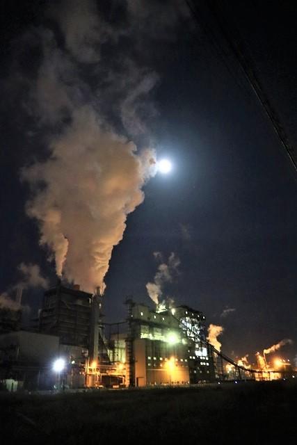 藤田八束の鉄道写真@石巻復興のシンボル日本製紙の夜景、元気に力強さを見せる・・・昼間の姿も素晴らしい、この姿が復興のシンボルだ_d0181492_09520361.jpg