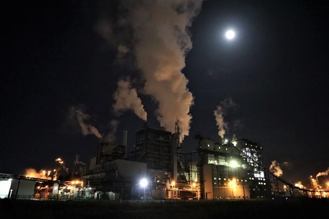 藤田八束の鉄道写真@石巻復興のシンボル日本製紙の夜景、元気に力強さを見せる・・・昼間の姿も素晴らしい、この姿が復興のシンボルだ_d0181492_09521654.jpg