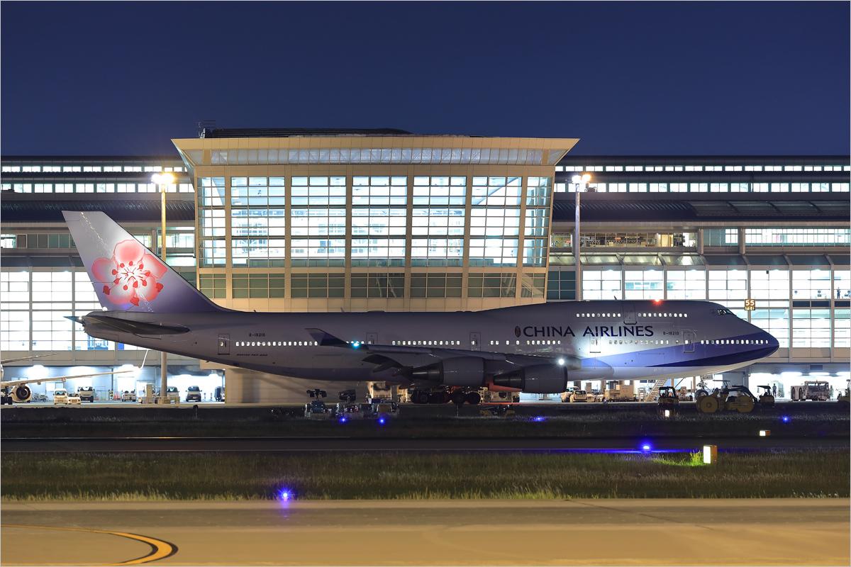 窓の列 - 福岡空港_c0308259_18333914.jpg