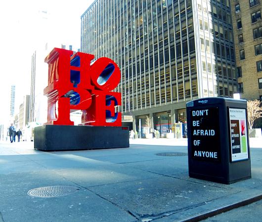 NYの街角アート『希望』前に「誰も恐れるな」_b0007805_11453264.jpg