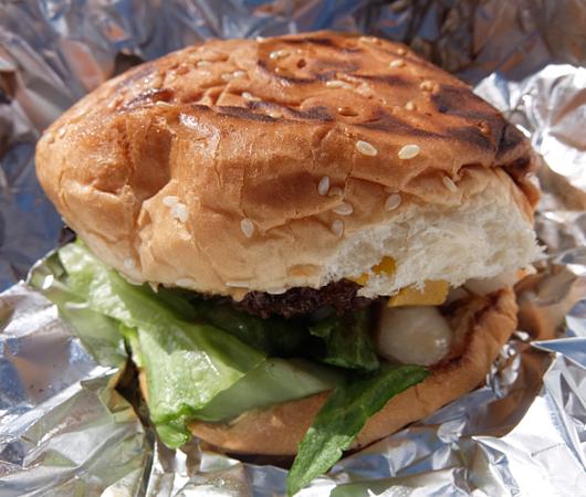 NYで最高のチーズバーガーを6ドルで食べられる屋台_b0007805_07194054.jpg