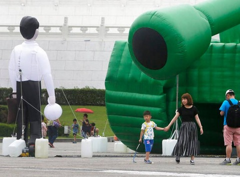 ジョーク一発:スリル満点。台湾の芸術家が天安門事件コラ作る→「戦車男」「タンクマン」!?_a0348309_18392162.jpg
