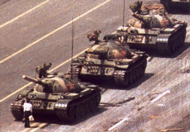 ジョーク一発:スリル満点。台湾の芸術家が天安門事件コラ作る→「戦車男」「タンクマン」!?_a0348309_1845688.jpg