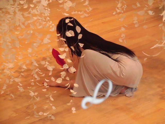 鈴木つなパフォーマンス「赤い羽根」inふじ・紙のアートミュージアム_f0141310_08174457.jpg
