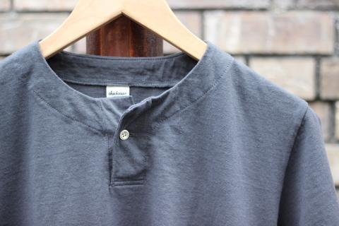 "「Jackman」変則Tシャツ \""Henleyneck T-shirt\"" ご紹介_f0191324_07301817.jpg"