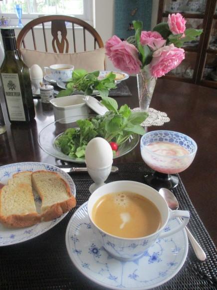 テーブルのガラスが入った&ポタジェのサラダが最高に美味しい(^^♪_a0279743_07000790.jpg
