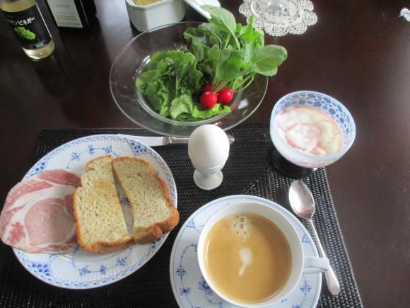 テーブルのガラスが入った&ポタジェのサラダが最高に美味しい(^^♪_a0279743_07002352.jpg