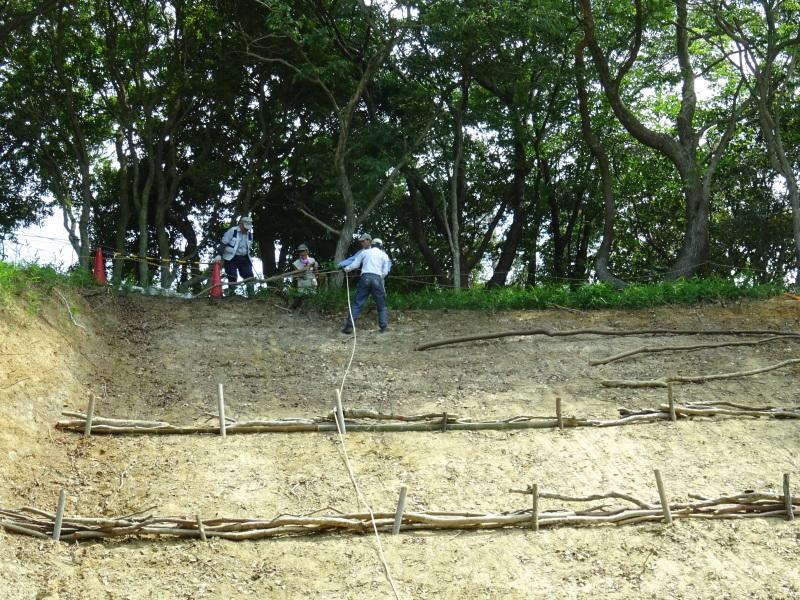 土砂崩れ復旧工事跡の斜面に土留を作る・・・うみべの森_c0108460_22562644.jpg