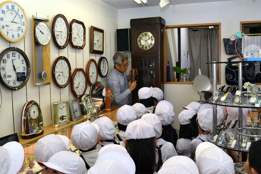 年長組さんは、時計屋さん見学に行ってきました。_d0353789_12011915.jpg