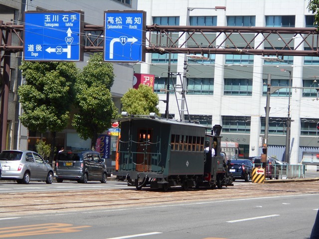 観光の町松山@松山の夜と昼、綺麗な街並み松山市・・・坊ちゃん列車と路面電車_d0181492_17474848.jpg