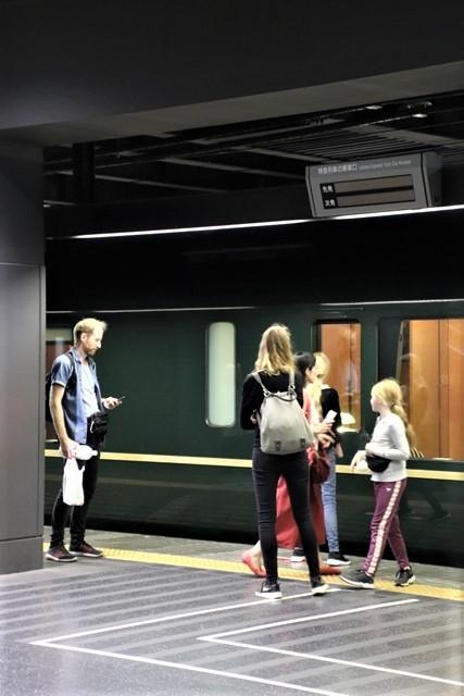 藤田八束の鉄道写真@京都駅で瑞風をお迎えしました。京都駅駅員さんと瑞風、京都駅歓迎の様子・・・トワイライトエキスプレス瑞風_d0181492_18121999.jpg