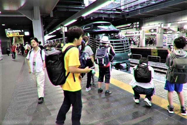 藤田八束の鉄道写真@京都駅で瑞風をお迎えしました。京都駅駅員さんと瑞風、京都駅歓迎の様子・・・トワイライトエキスプレス瑞風_d0181492_18122651.jpg