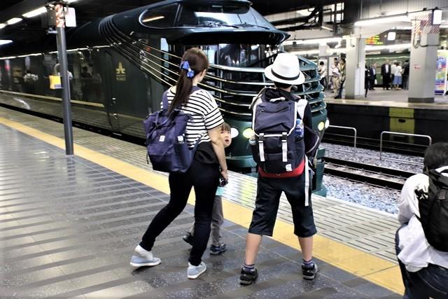 藤田八束の鉄道写真@京都駅で瑞風をお迎えしました。京都駅駅員さんと瑞風、京都駅歓迎の様子・・・トワイライトエキスプレス瑞風_d0181492_18123692.jpg