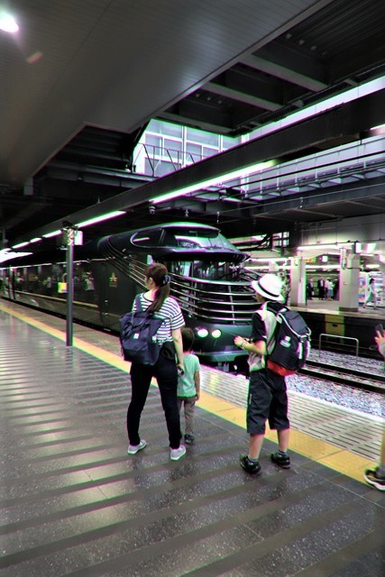 藤田八束の鉄道写真@京都駅で瑞風をお迎えしました。京都駅駅員さんと瑞風、京都駅歓迎の様子・・・トワイライトエキスプレス瑞風_d0181492_18124558.jpg