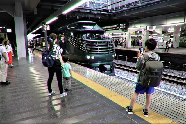 藤田八束の鉄道写真@京都駅で瑞風をお迎えしました。京都駅駅員さんと瑞風、京都駅歓迎の様子・・・トワイライトエキスプレス瑞風_d0181492_18130223.jpg