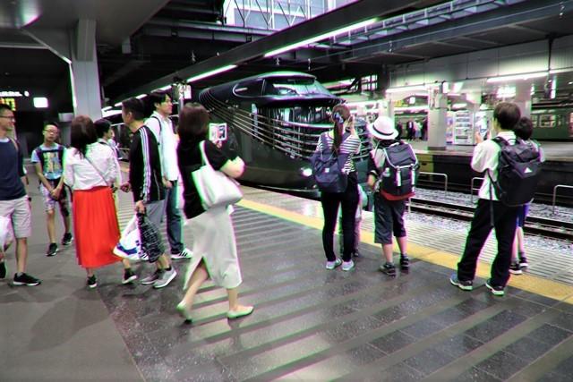 藤田八束の鉄道写真@京都駅で瑞風をお迎えしました。京都駅駅員さんと瑞風、京都駅歓迎の様子・・・トワイライトエキスプレス瑞風_d0181492_18131926.jpg
