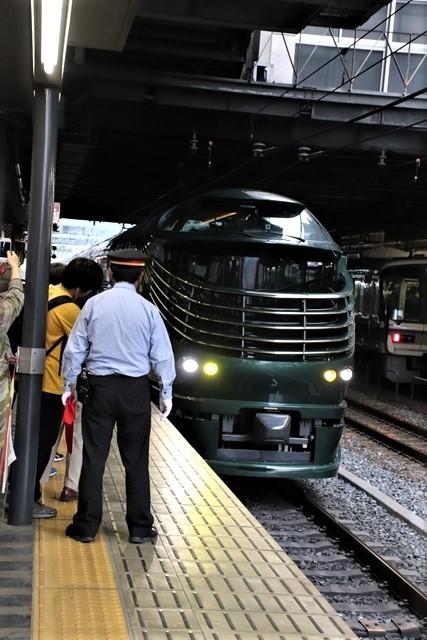 藤田八束の鉄道写真@京都駅で瑞風をお迎えしました。京都駅駅員さんと瑞風、京都駅歓迎の様子・・・トワイライトエキスプレス瑞風_d0181492_18134673.jpg