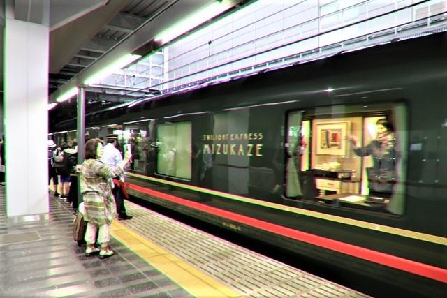 藤田八束の鉄道写真@京都駅で瑞風をお迎えしました。京都駅駅員さんと瑞風、京都駅歓迎の様子・・・トワイライトエキスプレス瑞風_d0181492_18145280.jpg