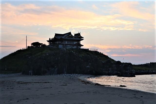 藤田八束の鉄道写真@東北八戸線にて、夕日の蕪島は絶景明日の幸せを祈りました・・・夕日がくれた元気のパワー_d0181492_10020843.jpg