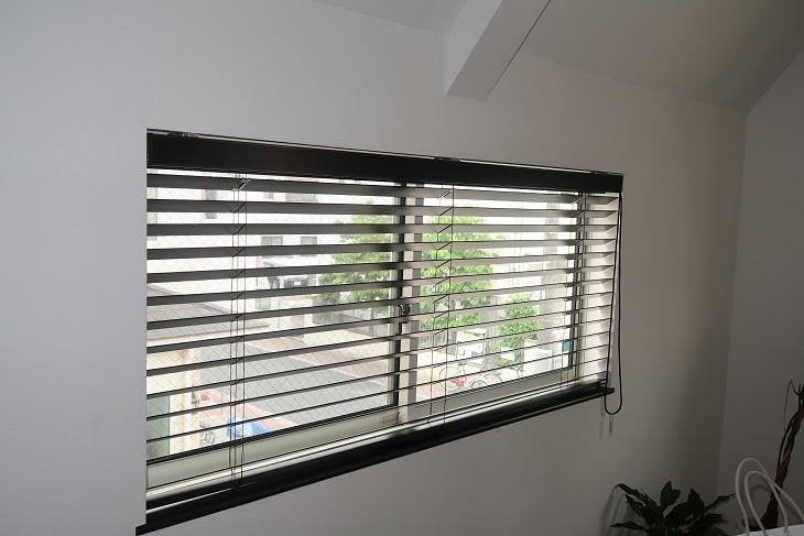 窓の位置が低い場合は絶対に窓枠内付けにすべきです_e0133255_17510470.jpg