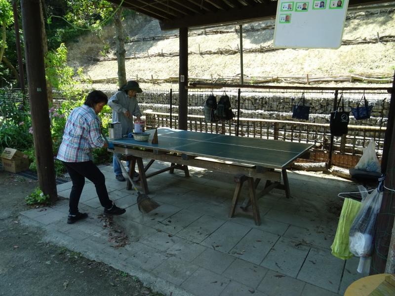 集会所のテーブル・ベンチの防腐剤塗り_c0108460_16585022.jpg