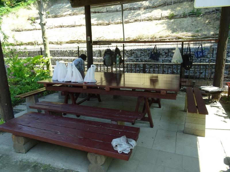 集会所のテーブル・ベンチの防腐剤塗り_c0108460_17085351.jpg