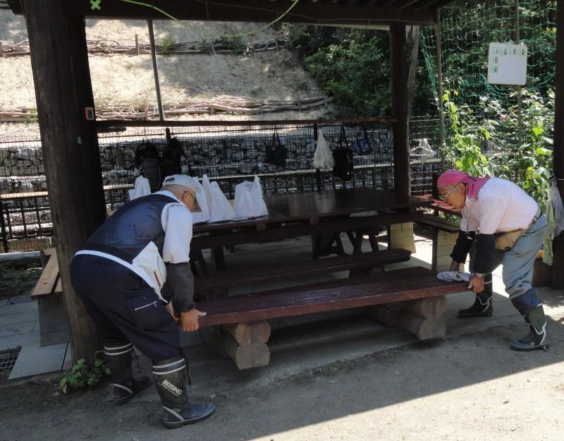 集会所のテーブル・ベンチの防腐剤塗り_c0108460_19591423.jpg