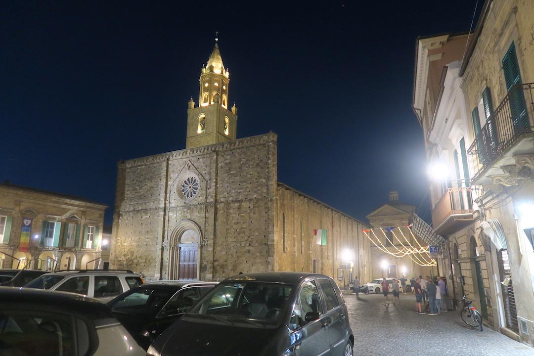金色の鐘のピッツァと夜明かりの町、アブルッツォ アートリ_f0234936_654079.jpg