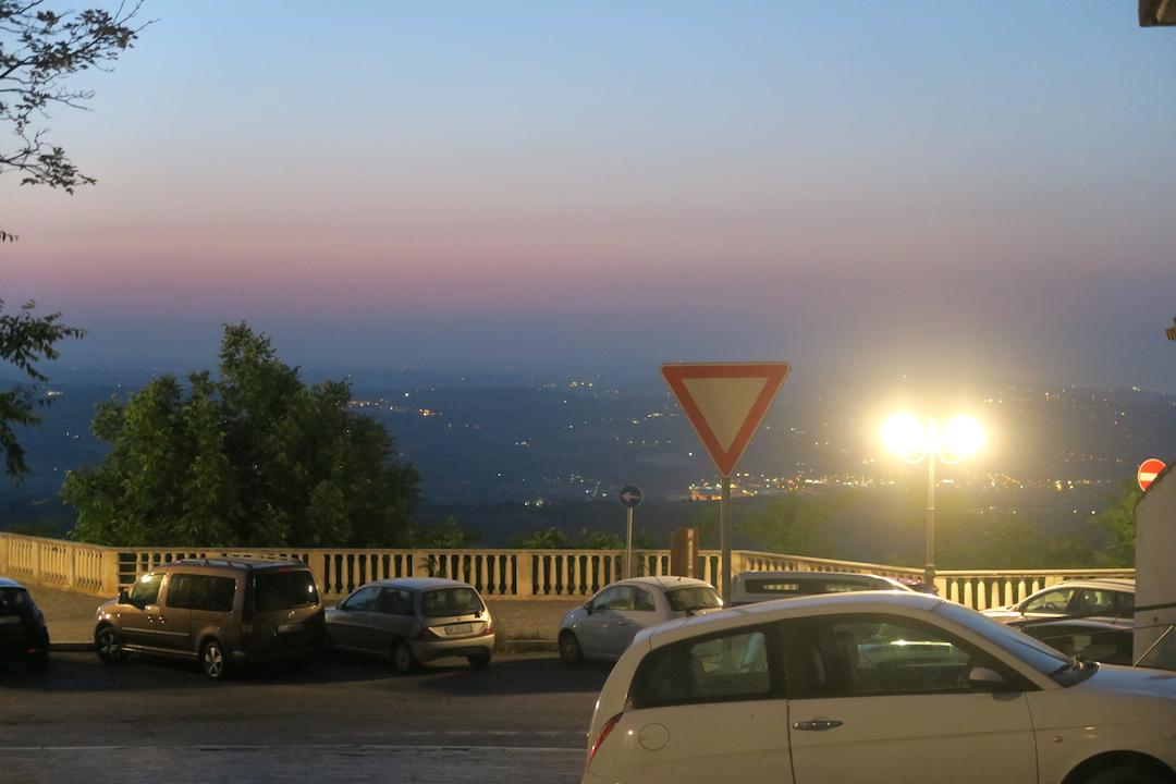 金色の鐘のピッツァと夜明かりの町、アブルッツォ アートリ_f0234936_7114427.jpg