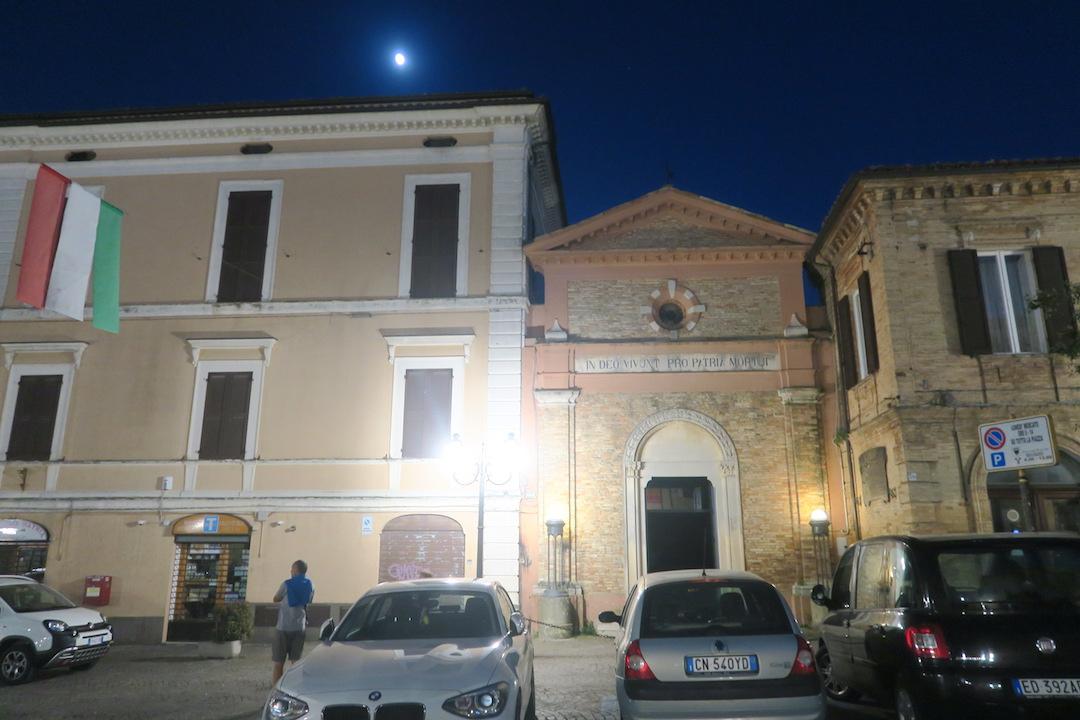 金色の鐘のピッツァと夜明かりの町、アブルッツォ アートリ_f0234936_7142352.jpg