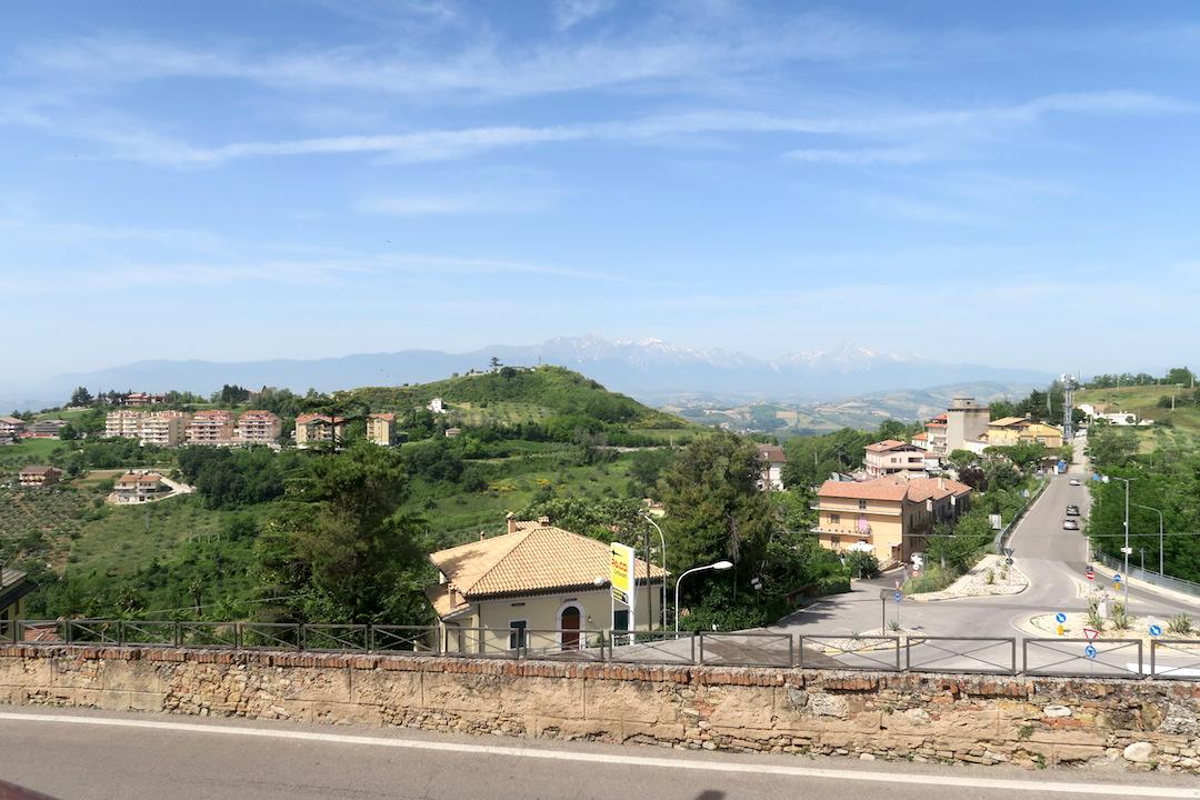 金色の鐘のピッツァと夜明かりの町、アブルッツォ アートリ_f0234936_715316.jpg