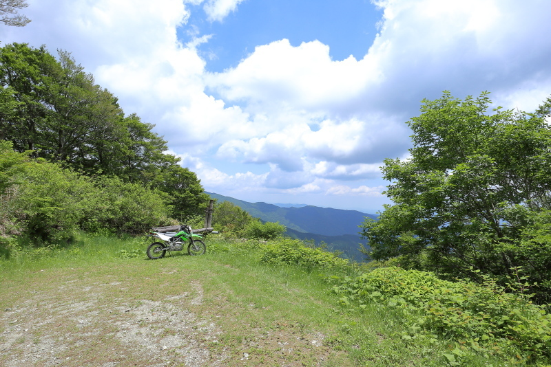 KLXで、中津明神山「天空の林道」へ その2_a0077663_08415841.jpg