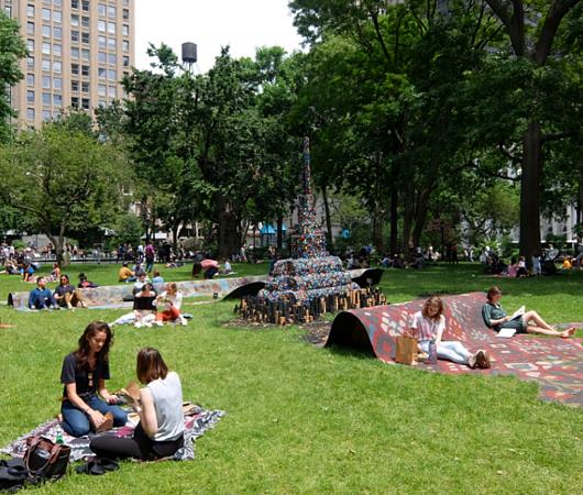 NYの公園の楽しみ方:アートの上で裸足で読書_b0007805_21201066.jpg
